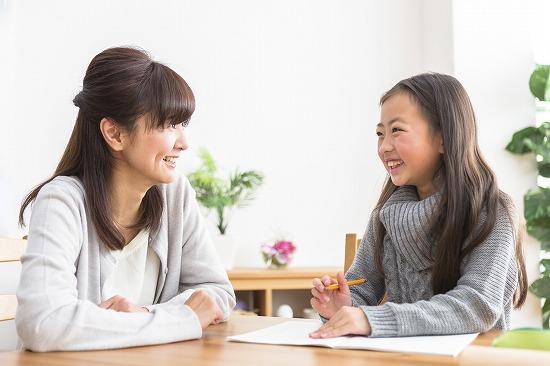 小学生と先生が宿題をする