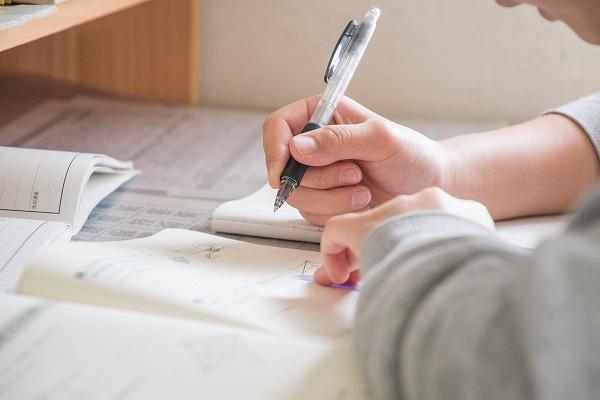 試験勉強する小学生