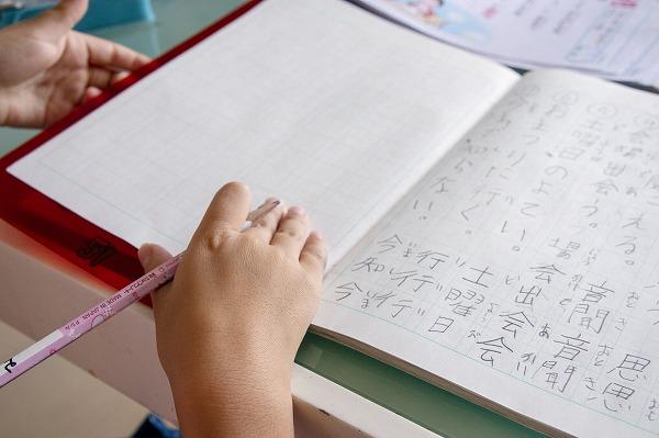自主学習する小学生