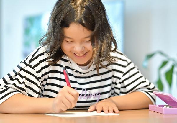 楽しく勉強する女子