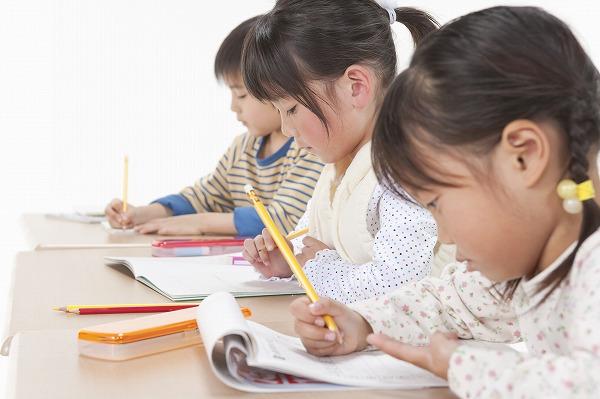 勉強する3人の子供