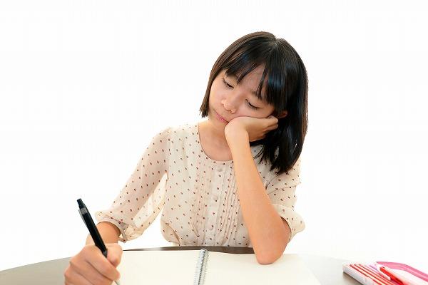 勉強を嫌がる女性