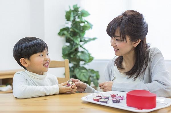 チョコを子供にあげる母親