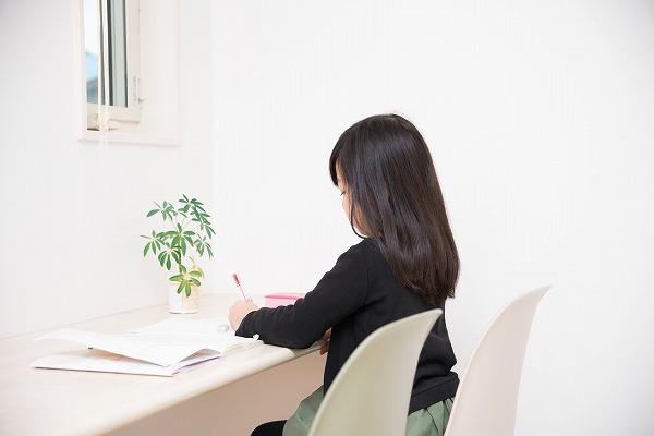 机で勉強する小学生