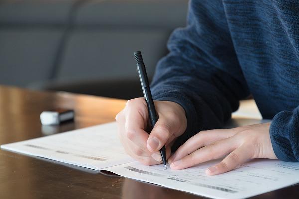 ノートに書く小学生