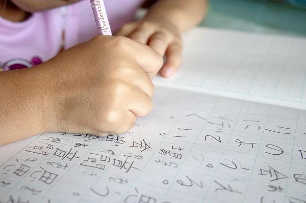 漢字を勉強する子供