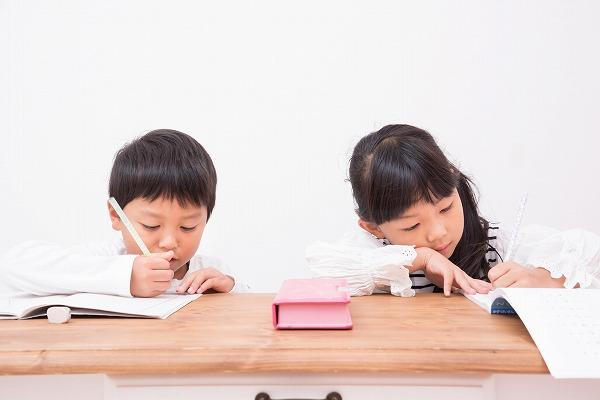 通信教育で勉強する子供