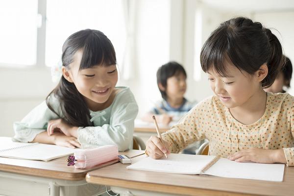 勉強を教え合う子供