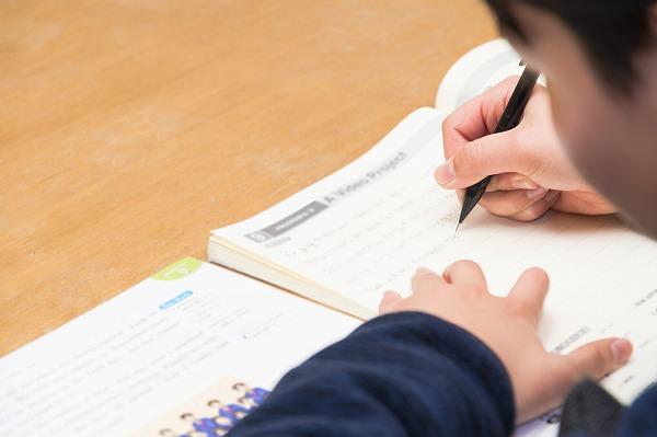 試験勉強する子供