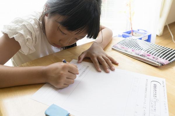 夏休みの宿題をする子供
